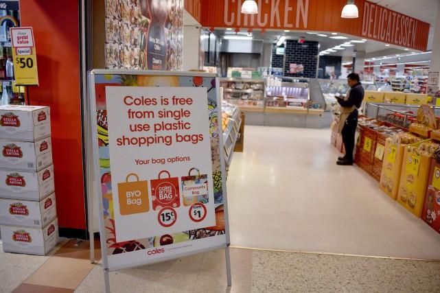 Coles avait prévu d'arrêter de fournir les sacs... (Photo Peter PARKS, archives Agence France-Presse)