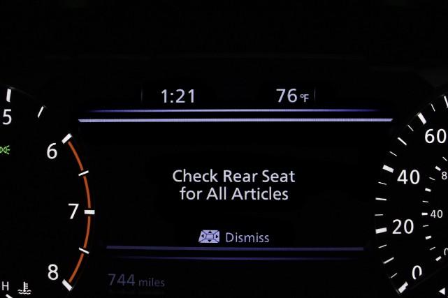 Le signal d'avertissement rappelle au conducteur de vérifier... (Photo Nissan.)