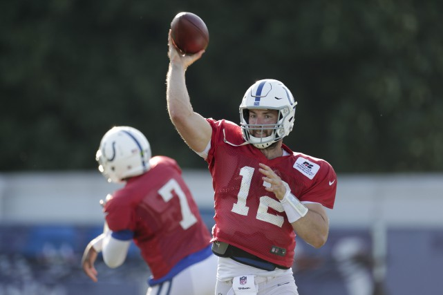 Le quart des Colts était tenu à l'écart... (Photo Michael Conroy, AP)