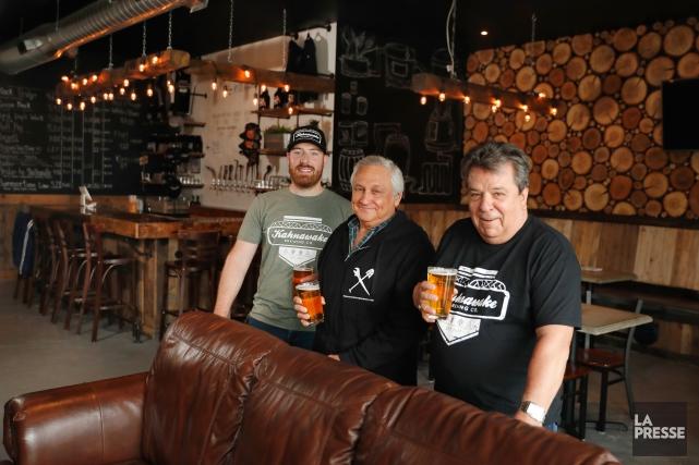 Trois des quatre fondateurs de la microbrasserie Kahnawake... (Photo Martin Chamberland, La Presse)