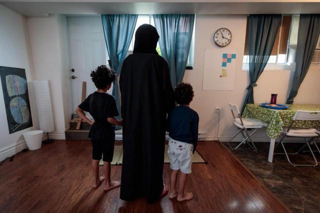 Marwa Abdullah pose avec ses deux enfants dans... (Photo Hugo-Sébastien Aubert, La Presse)