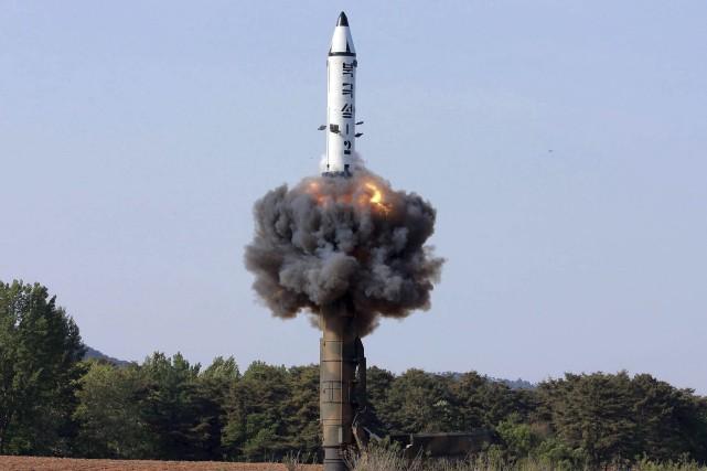Sur cette photo diffusée par l'agence centrale nord-coréenne... (PHOTO FOURNIE PAR L'AGENCE CENTRALE NORD-CORÉENNE VIA AP)