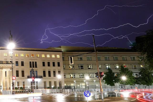 Des éclairs sont visibles dans le ciel au-dessus... (PHOTO FABRIZIO BENSCH, REUTERS)