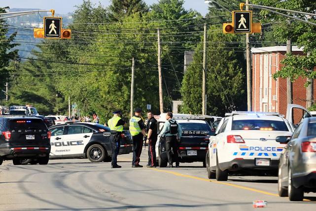 Des policiers s'activent sur la scène de la... (PHOTO KEITH MINCHIN, LA PRESSE CANADIENNE)