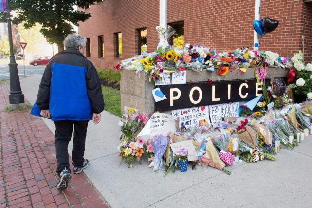 Un mémorial improvisé a été érigé devant le... (Photo Andrew Vaughan, La Presse canadienne)