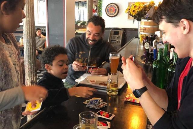 Concilier famille et bar ? Au DSK bar... (Photo tirée de la page Facebook du bar DSK)