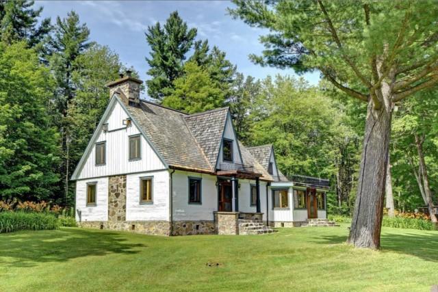 La maison pièce sur pièce mesure près de... (Photo fournie par Sotheby's International Realty Québec)