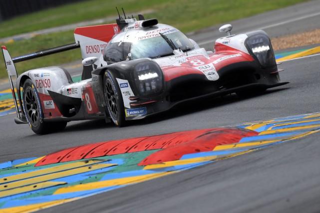 Fernando Alonso et ses deux coéquipiers croyaient avoir... (photo AFP)