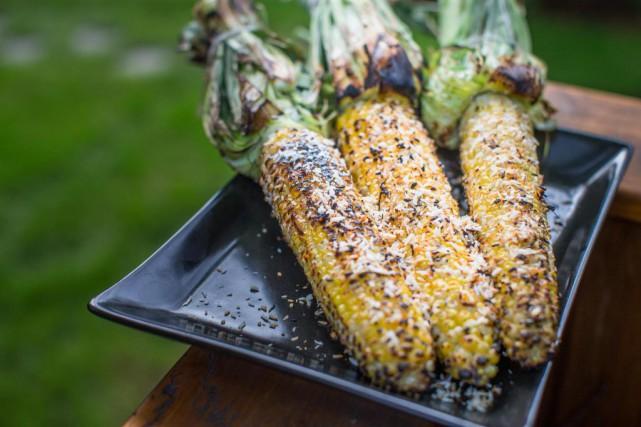 Le maïs du Québec cuit sur le gril,... (Photo Olivier PontBriand, La Presse)