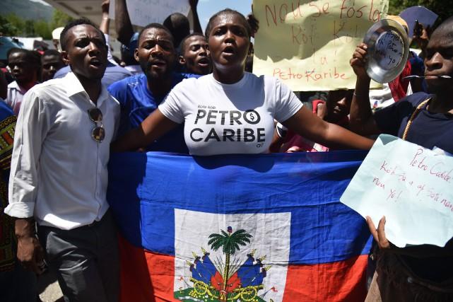 Scandant des slogans réclamant l'arrestation des corrompus, de... (Photo Hector Retamal, AFP)