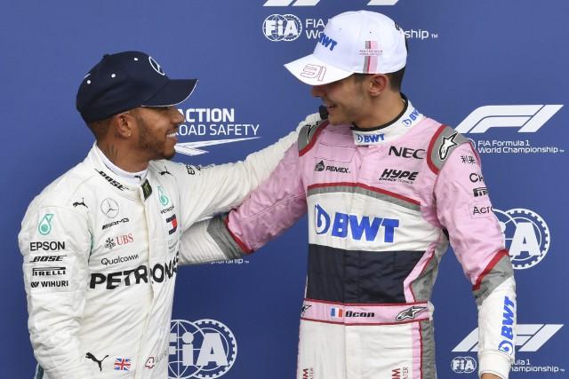 Lewis Hamilton et Esteban Ocon... (PHOTO Geert Vanden Wijngaert, AP)