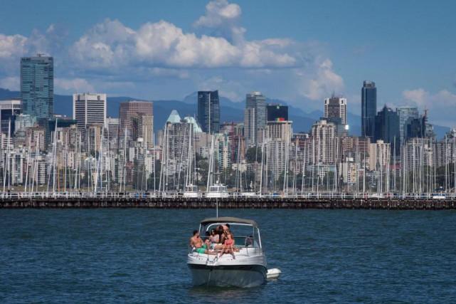 Des vacanciers profitent du soleil sur un bateau,... (photoDarryl Dyck, archives la presse canadienne)
