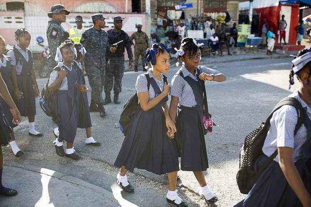Des élèves se rendent à l'école.... (Dieu Nalio Chery, AP)