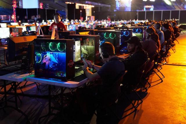 Des milliers d'amateurs de jeux vidéo de partout... (Photo André Pichette, La Presse)