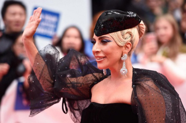 Lady Gaga pose pour les photographes sur le... (PhotoNathan Denette, La Presse canadienne)