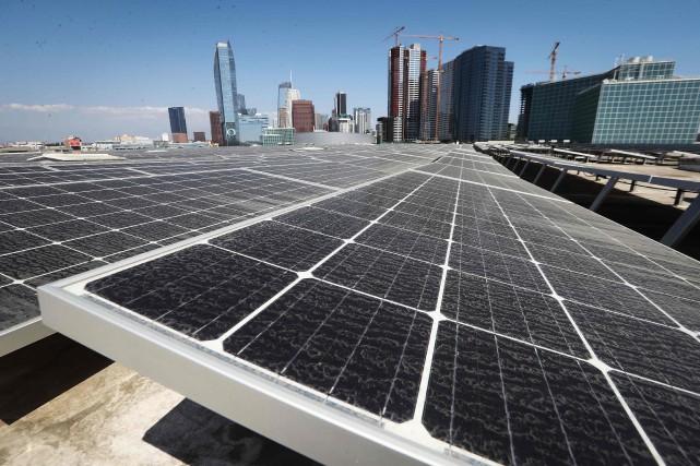 Selon les experts, l'énergie solaire et éolienne représente... (PHOTO AFP)