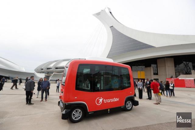 Les deux véhicules rouges du constructeur français EasyMile,... (PHOTO MARTIN CHAMBERLAND, LA PRESSE)