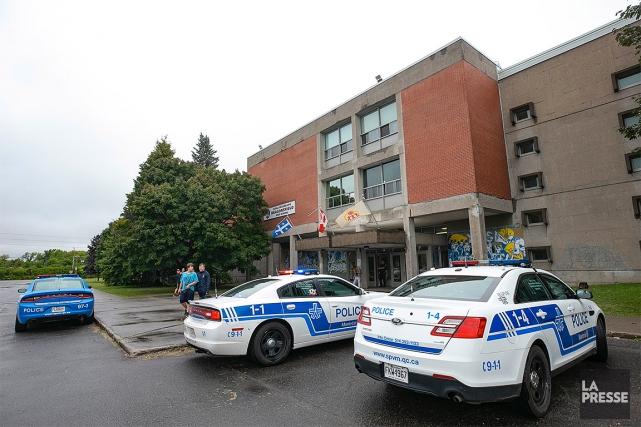 La police est présente à l'école pour «enquêter... (David Boily, La Presse)