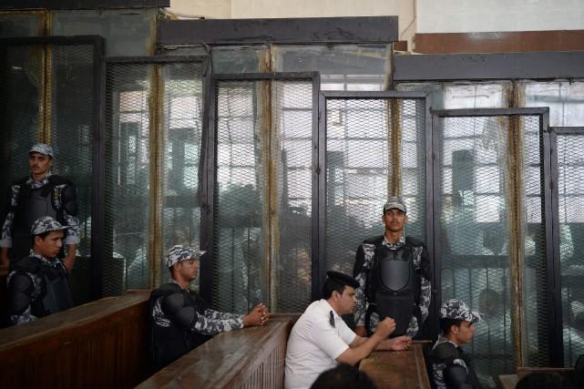 Au total, 739 personnes étaient jugées samedi, accusées... (Photo MOHAMED EL-SHAHED, AFP)