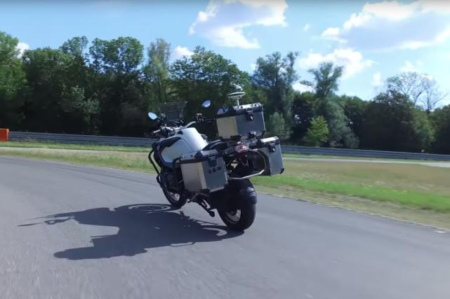 La moto autonome peut accélérer, tourner et s'arrêter... (Photo BMW)