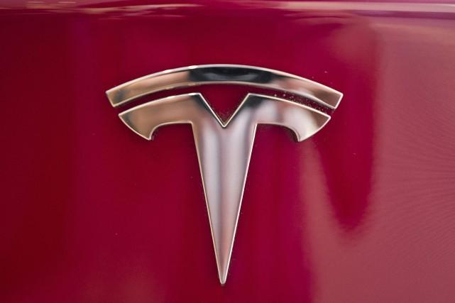 Le titre Tesla avait été secoué en bourse... (Photo Richard Vogel, archives AP)