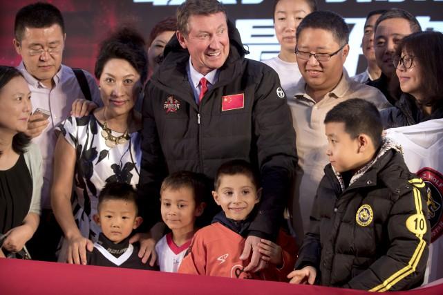 Wayne Gretzky est présentement à Pékin pour un... (Photo Mark Schiefelbein, AP)