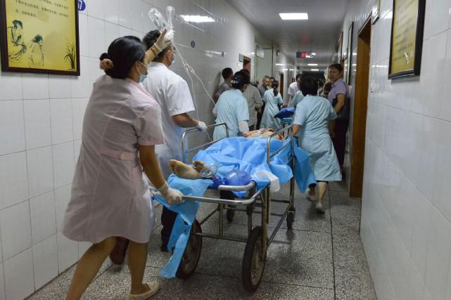 Des travailleurs de la santé s'affairent à donner... (Photo AFP)