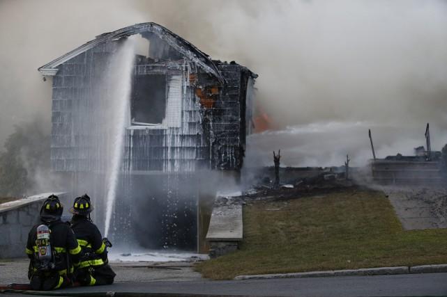 L'ensemble du secteur a été évacué tandis que... (Photo Jessica Rinaldi, Associated Press)