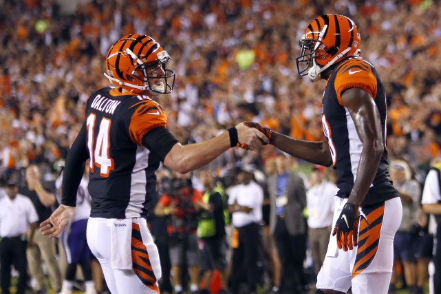 Andy Dalton (à gauche) a lancé trois passes... (Photo David Kohl, USA TODAY Sports)