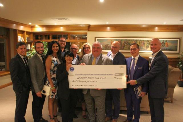 Le comité organisateur remet le chèque à la... (Photo fournie par la Fondation)
