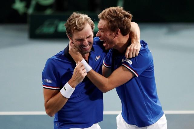 Julien Benneteau et Nicolas Mahut célèbrent leur victoire... (PHOTO BENOIT TESSIER, REUTERS)