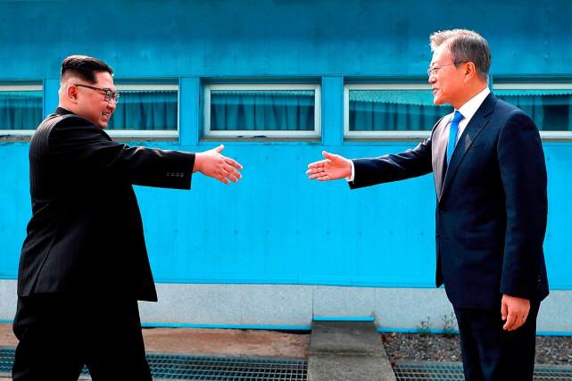 Le président sud-coréen Moon Jae-in (à droite) et... (PHOTO ARCHIVES ASSOCIATED PRESS)