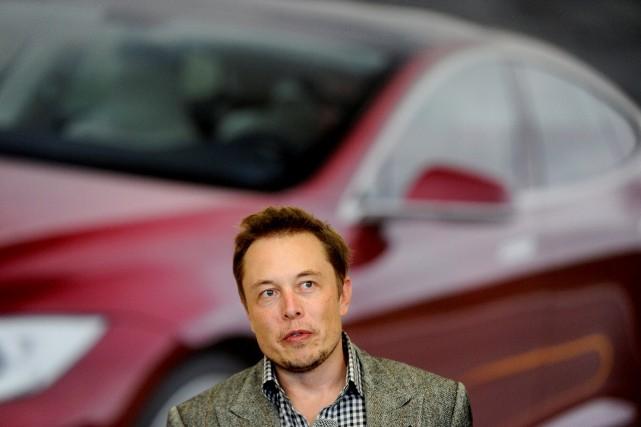 Elon Musk lors d'une allocution à l'usine Tesla... (photo REUTERS)