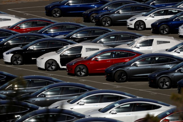 Des Modèle 3 en attente d'expédition chez Tesla.... (photo REUTERS)
