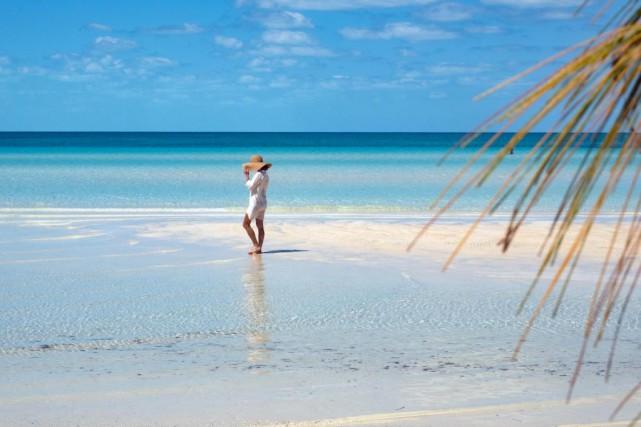 Une femme se balade sur la plage de... (Photo Yannick Fleury, La Presse)