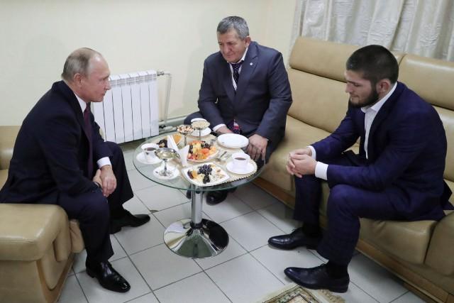 Le président russe Vladimir Poutine (à gauche) a... (PHOTO REUTERS)