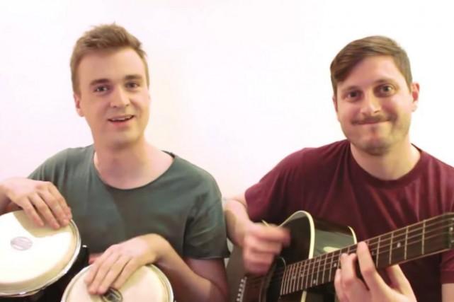 Arnaud Soly et Julien Corriveau chantent les noms... (Image tirée d'une vidéo sur Youtube)