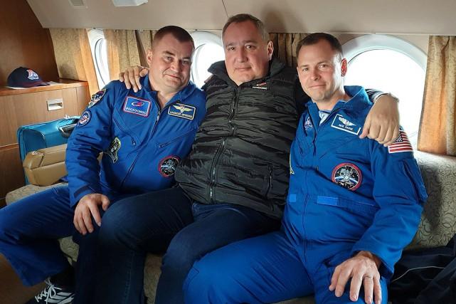 Le directeur de Roskosmos, Dmitri Rogozine, au centre,... (Photo Roskosmos VIA REUTERS)