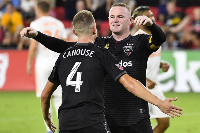 Russell Canouse et Wayne Rooney... (Photo Brad Mills, USA TODAY Sports)