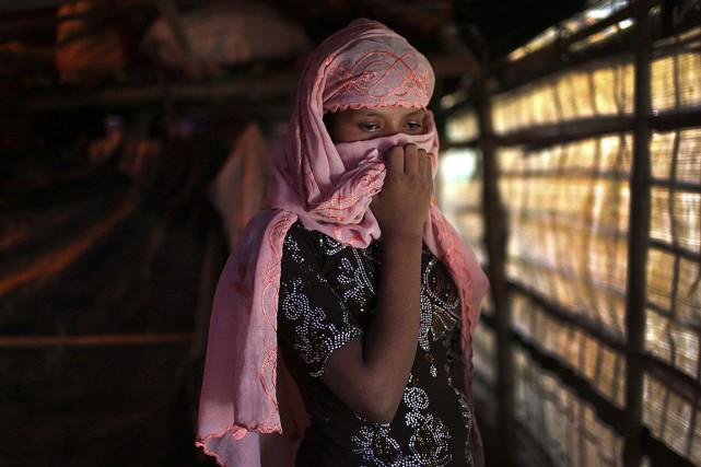 Cette femme Rohingya couvre son visage alors qu'elle... (Photo Wong Maye-E, archives AP)