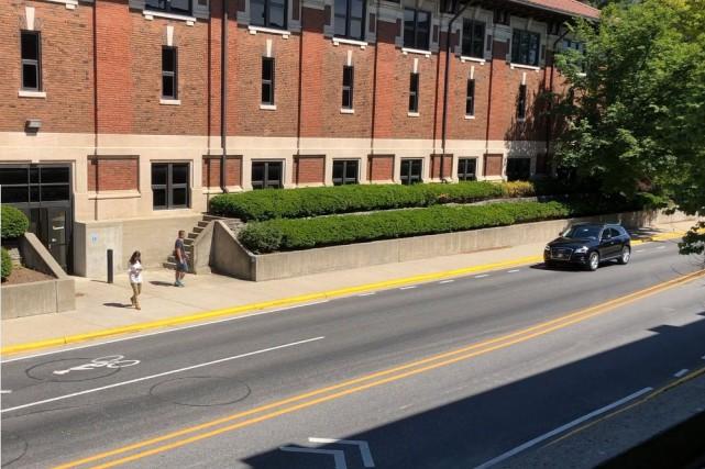 Une voiture s'approche d'une piétonne qui texte un... (Photo Université Purdue)