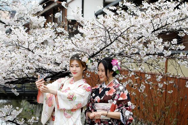 Deux jeunes japonaises se prennent en selfie durant... (Photo Jorge Silva, archives REUTERS)