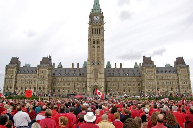 Des milliers de partisans se rassemblent sur la... (Crédit photo : SERGENT ROXANNE CLOWE, AVEC LA PERMISSION DU GOUVERNEMENT DU CANADA)