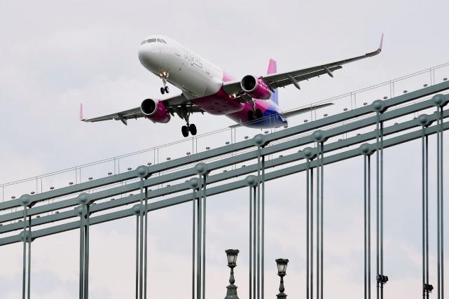 La compagnie aérienne à bas coût hongroise Wizz Air a défendu vendredi sa... (Photo ATTILA KISBENEDEK, archives AFP)