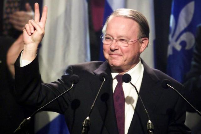 Bernard Landry fait le V de la victoire... (PhotoPaul Chiasson, archives La Presse canadienne)