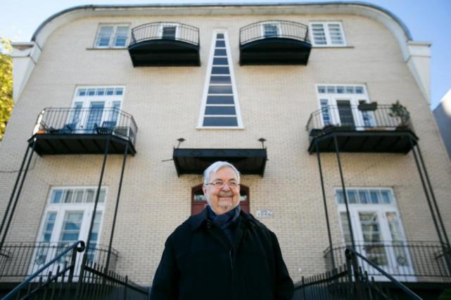 L'auteur Michel Tremblay devant l'entrée de l'immeuble du... (Photo François Roy, La Presse)