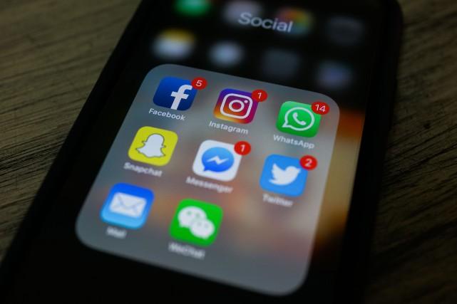 Les réseaux sociaux, accusés de favoriser la désinformation qui affaiblit la... (Photo CHANDAN KHANNA, archives Agence France-Presse)