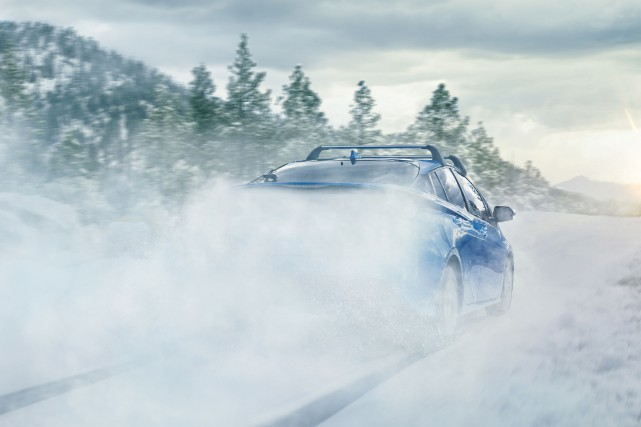 Toyota a publié une photo d'une Prius roulant vite dans la neige et soulevant... (photo Toyota)