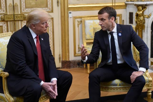 Le président français Emmanuel Macron discute avec Donald... (Photo SAUL LOEB, Agence France-Presse)