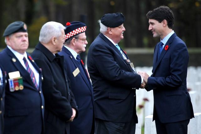 Justin Trudeau Trudeau a rencontré des anciens combattants... (Photo FRANCOIS LO PRESTI, Agence France-Presse)